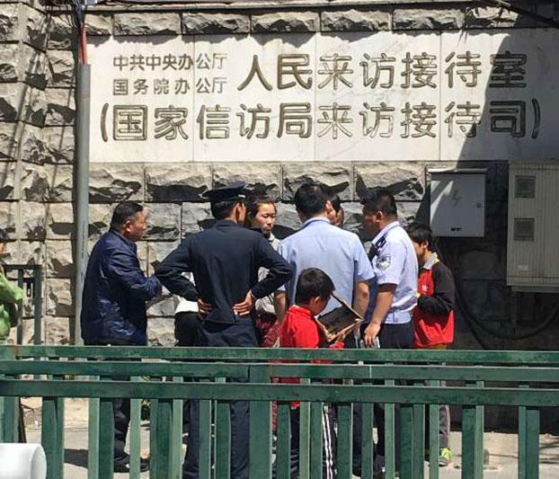 2017年5月5日,河南访民胡大料5名仍在求学的孩子,为了打听被刑拘父亲的情况,来到国家信访局了解,被保安查问。(受访者提供)