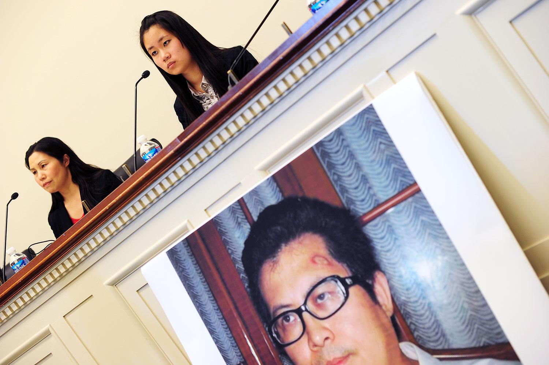 资料图片:2013年10月29日,中国人权活动家郭飞雄的妻子张青(左)和女儿杨天娇在美国华盛顿特听证会上发言,张女士呼吁释放她的丈夫。(法新社)