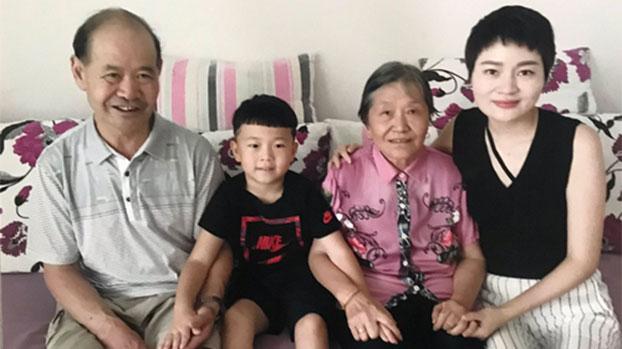 王全璋妻子李文足、儿子王广微。(图源:推特图片)