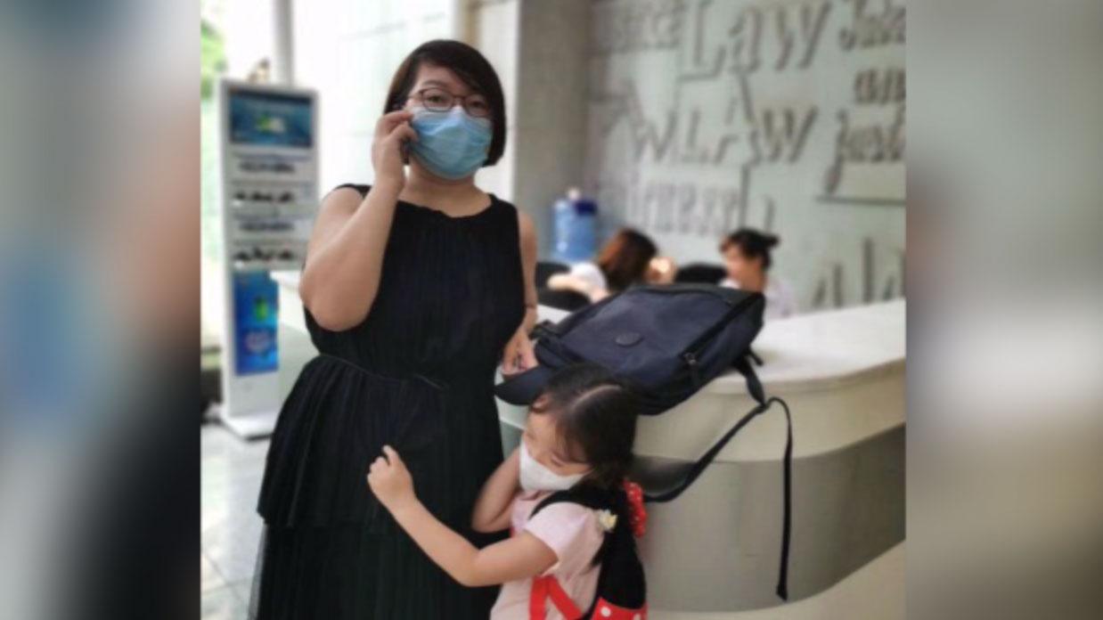 2020年9月11日,施明磊与女儿到长沙中院询问长沙富能案进展。( 施明磊推特)