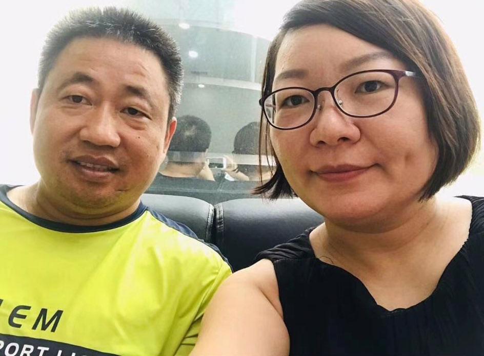 2020年9月11日,律师谢阳(左)陪同施明磊到长沙中院(施明磊推特)