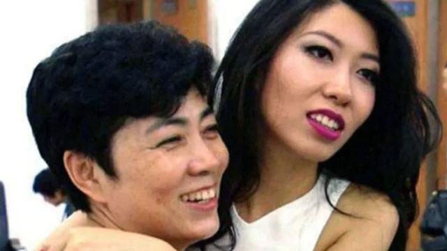 曲婉婷(右)坚称母亲张明杰(左)的涉贪指控是冤枉的。(微博图片)