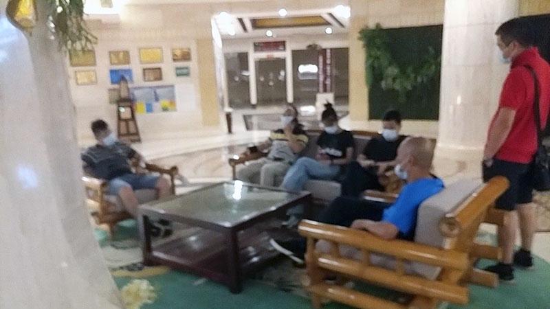 2020年10月2日,梁颂基和梁一鸣被强制送到云南一家酒店,受到广东公安(图)控制。(王喜利独家提供)