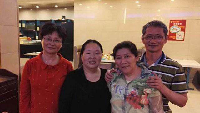 资料图片:维权人士陈建芳(左二)。(网络图片)