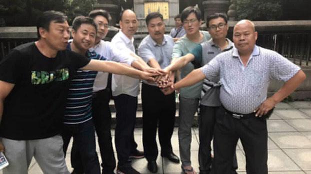 资料图片:709律师文东海(中)被吊照听证会举行时,包括陈家鸿(右一)、包龙军(左一)、蔺其磊(右三)在内的多位律师前往声援。(RFA)