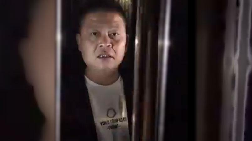 2019年11月5日,河南一名国保在凌晨时分近距离跟踪江天勇,双方发生激烈口角。(陈光诚推特图片)