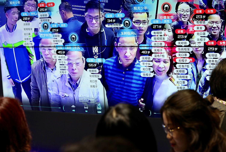 资料图片:2019年5月6日至8日,福建省福州市举行第二届数字中国建设峰会上,在显示面部识别技术的屏幕上看到访客。(路透社)
