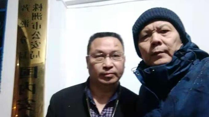 2020年12月4日, 陈思明(右)到湖南株洲芦淞公安分局了解欧彪峰被扣查情况。(陈思明提供)