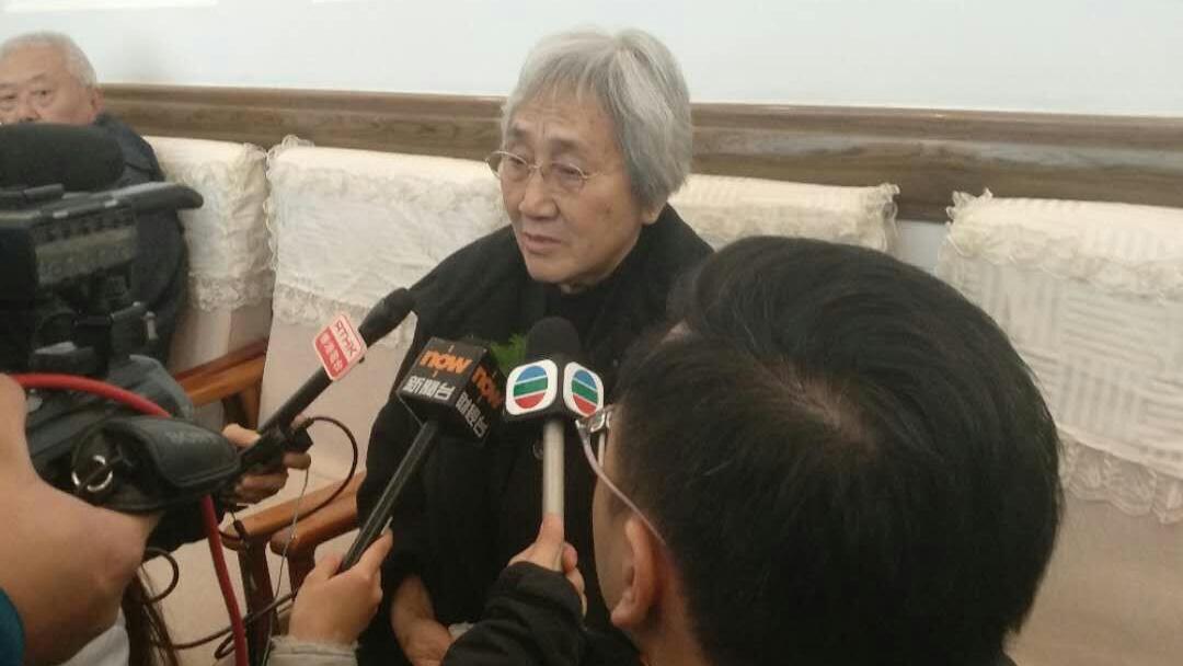 """2017年12月12日, """"天安门母亲""""发起人张先玲在丈夫遗体告别式上接受香港媒体采访。(尤维洁独家提供)"""