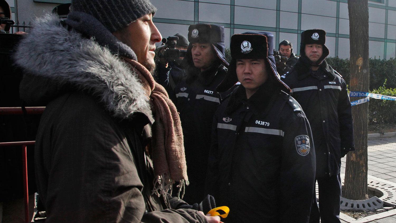 """2009年12月25日北京市第一中级人民法院开庭,以""""煽动颠覆国家政权罪""""判处中国知名异议人士刘晓波有期徒刑11年。杨立才在法院外宣布要投案陪刘晓波坐牢。(美联社)"""