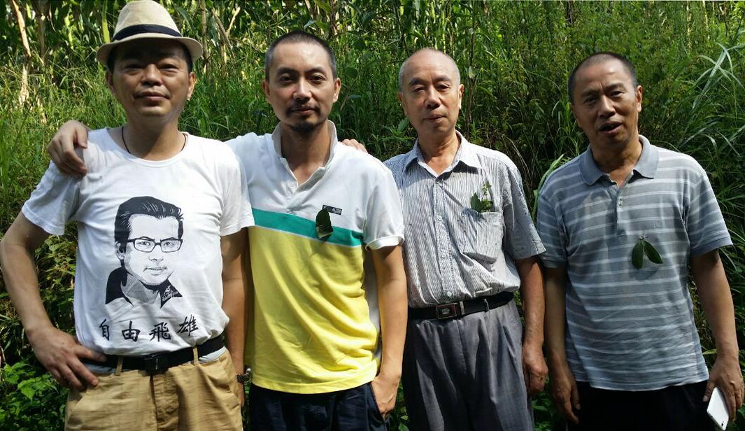"""资料图片:""""绿叶行动""""创办人薛仁义(右一)与同道人合影。(志愿者提供/记者乔龙)"""