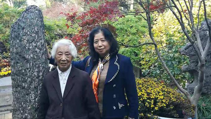 崔福芳(右)对于母亲刘淑珍(左)被指寻衅滋事,认为有违习近平强调的依法治国。(崔福芳独家提供,拍摄日期不详。)