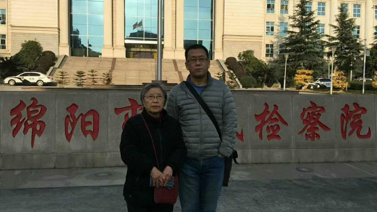 2017年12月18日,黄琦当时的辩护律师隋牧青(右)与黄琦母亲蒲文清到绵阳看守所会见黄琦。(蒲文清独家提供)