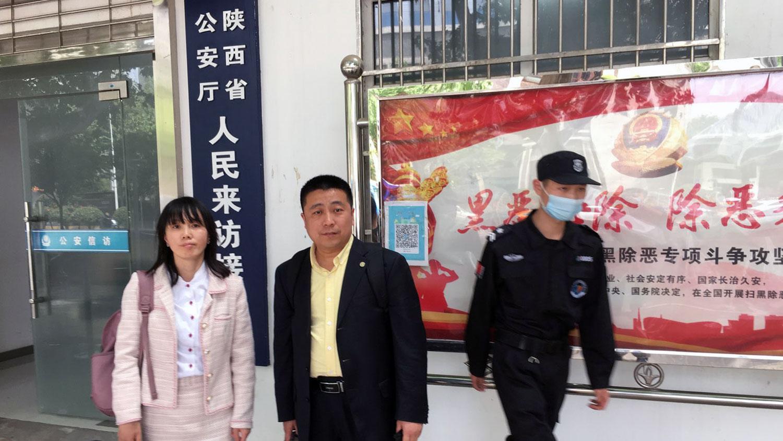 2021年4月29日,常玮平妻子陈紫鹃(左)在律师任全牛陪同下到山西省公安厅进行控告。(陈紫鹃独家提供)