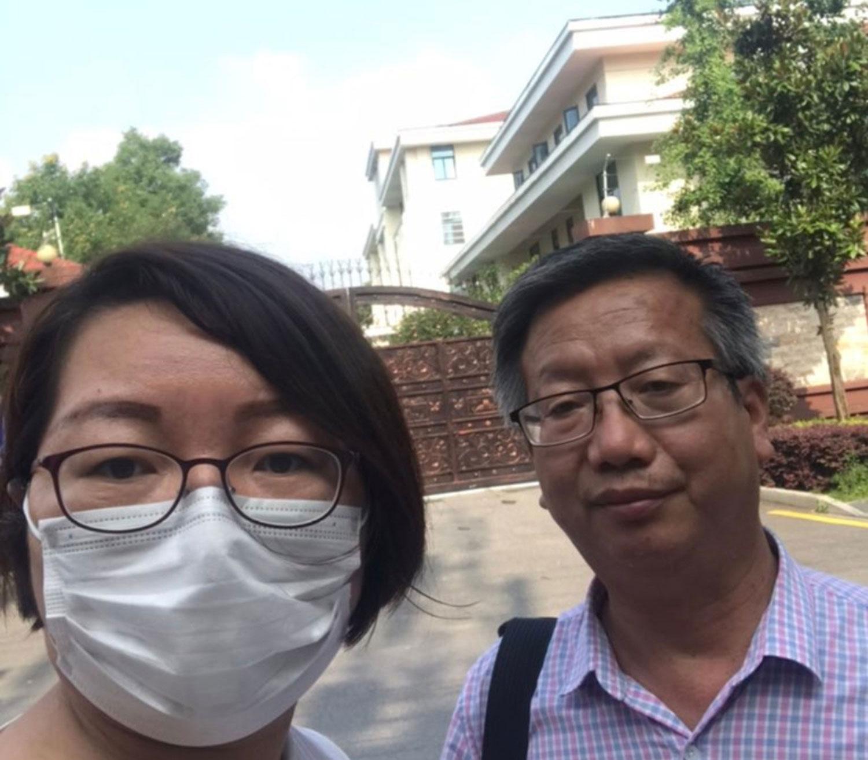 2020年7月14日,施明磊(左)到湖南省国安厅看守所给丈夫送衣服。(推特图片)