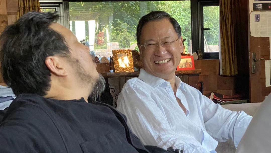 许章润教授与友人在一起(推特图片)