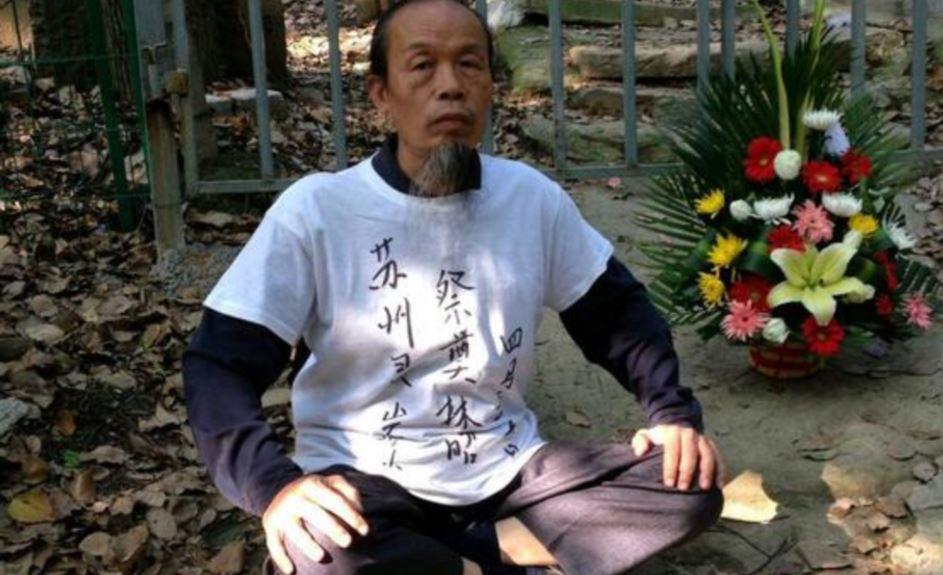 资料图片:朱承志到苏州灵岩山祭典林昭。(维权网)