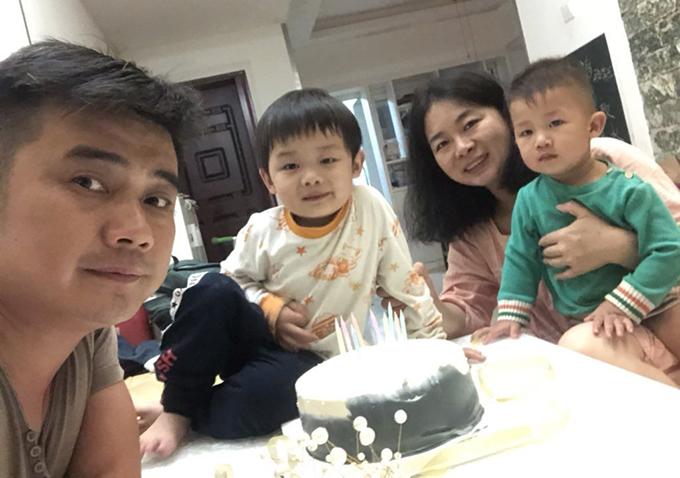 欧彪峰妻子魏欢欢(右二)担心,自己和两名年幼的子女会被牵连。(陈思明独家提供)(photo:RFA)