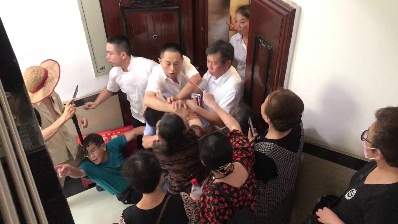 2020年8月3日,工商银行一批湖南下岗职工与银行保安发生肢体冲突。(王华一独家提供)