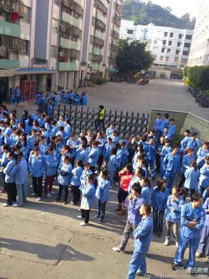 图片:深圳骏马精密工业公司正准备举行改名挂牌剪彩仪式时,逾千名派遣员工突然发起罢工。(网路图片)