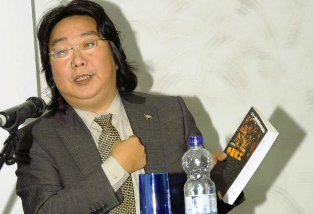 资料图片:瑞典籍香港书商、作家桂民海在法兰克福图书博览会上介绍他出版的图书。(RFA)