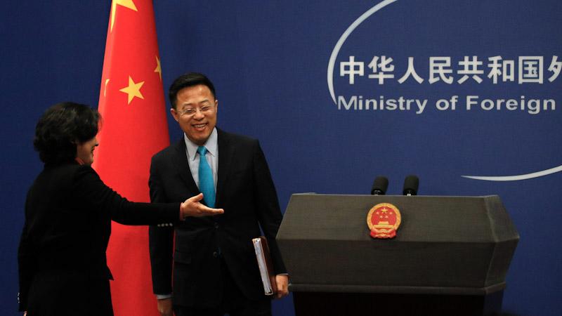 中国外交部发言人华春莹(左)在介绍赵立坚。中美两国的媒体大战愈演愈烈。(美联社)
