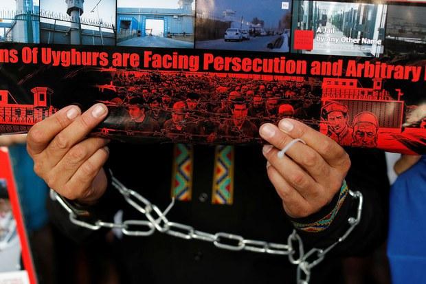 资料图片:一名维吾尔族示威者抗议中国新疆政策。(路透社)