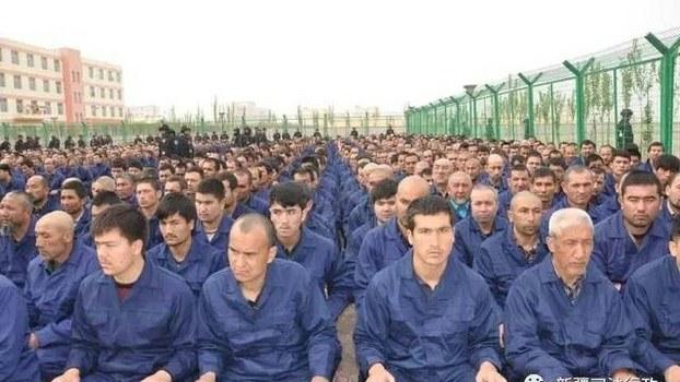 """被关押在中国新疆一所""""再教育营""""中的维吾尔人。三十九个国家日前在联合国发表联署声明,对新疆人权状况及香港局势表示关注。(新疆司法微博截图)"""