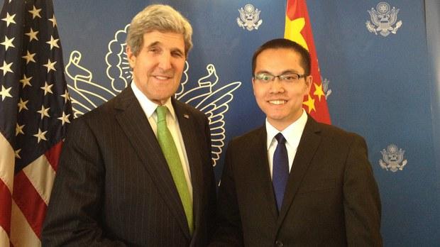 中国《财经》杂志前记者张贾龙(右)2014年与时任美国国务卿的克里合影(脸书截图)