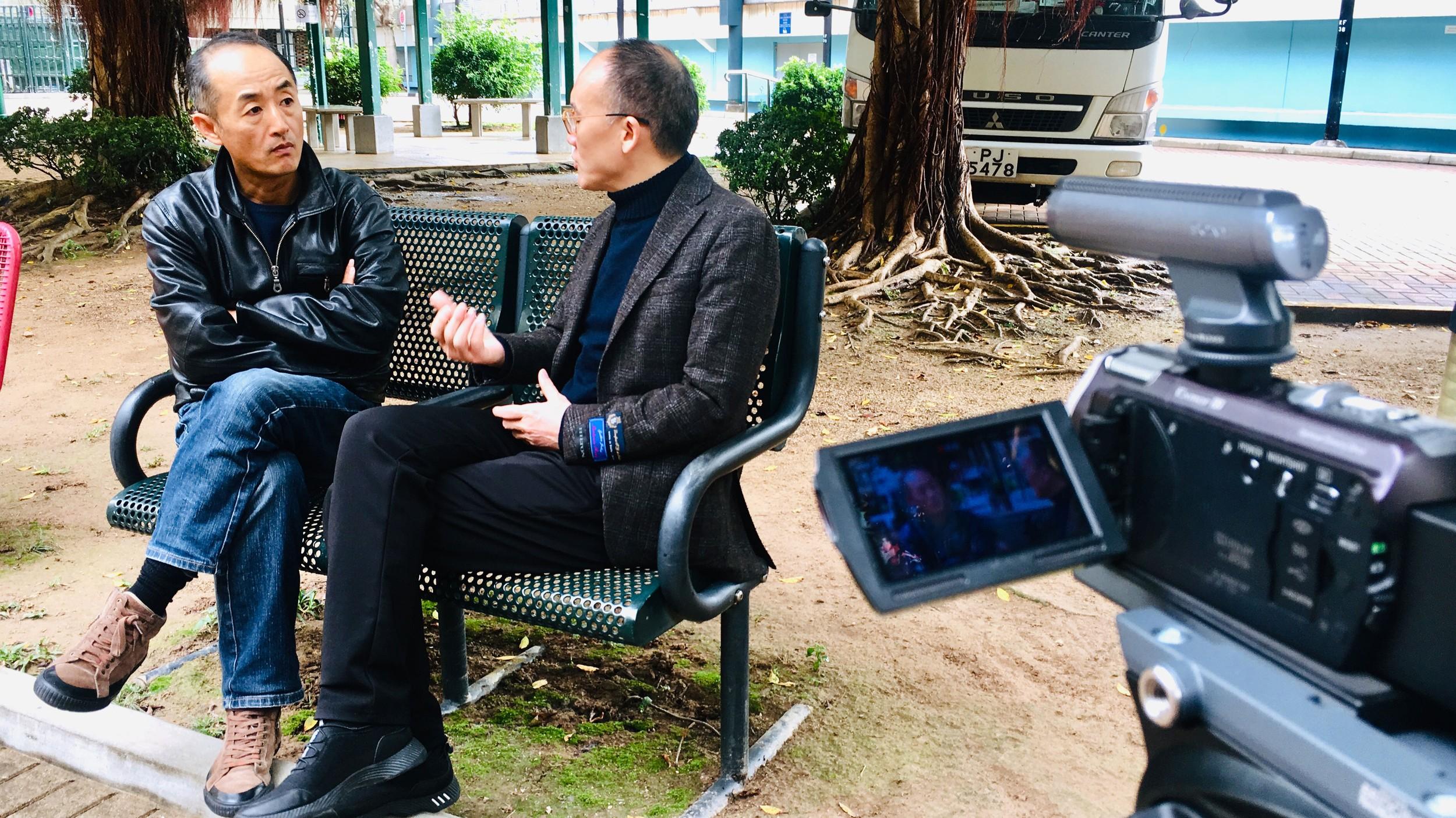陈家坪(右)去年拍摄闻海(左)谈已故诗人孟浪。(闻海提供)