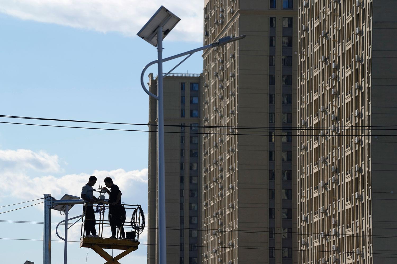 2021 年 9 月 21 日,工人在北京恒大御景湾住宅区附近安装交通监控摄像头。 (美联社)