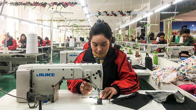 新疆喀什市职业教育培训中心2019年1月4日举办的缝纫课(路透社图片)