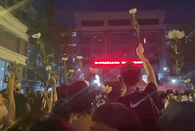 成都49中學生林唯麒死後,不少民衆聚集在涉事學校門口要求官方公佈真相。(微博截圖)