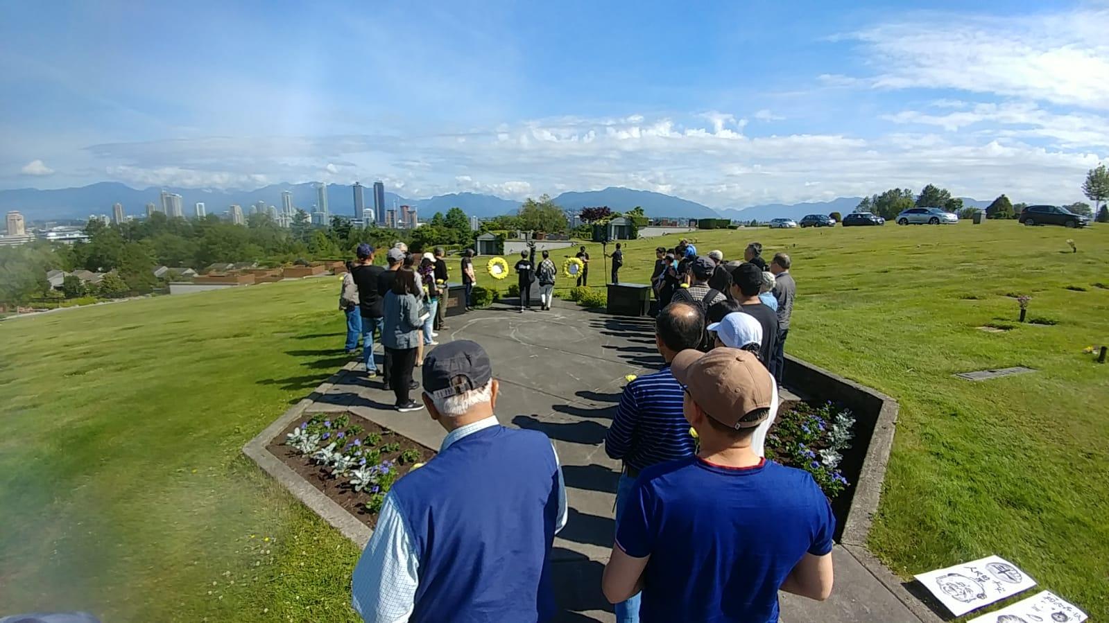 2019年6月2日,温哥华支持民主运动联合会(简称温支联)在科士兰墓园前,举办献花仪式。(记者柳飞)
