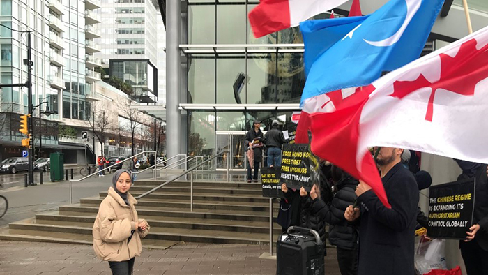 温哥华维吾尔人协会青年领袖莎莉娜.纳里(左)和抗议者。(受访者提供)