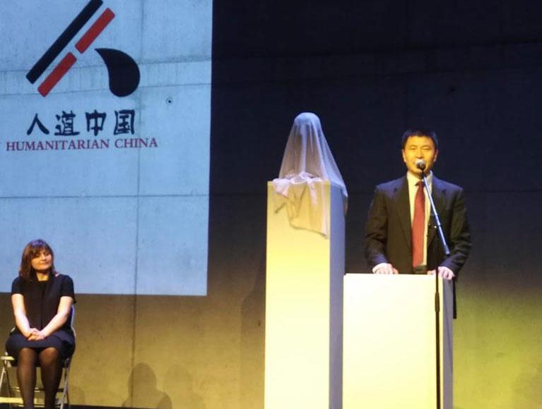 作为纪念六四30周年活动的一部分,中国诺贝尔和平奖得主刘晓波雕像的揭幕典礼4月15日在捷克首都布拉格的DOX艺术中心举办。图左为雕塑家Marie Seborova。(周封锁提供)