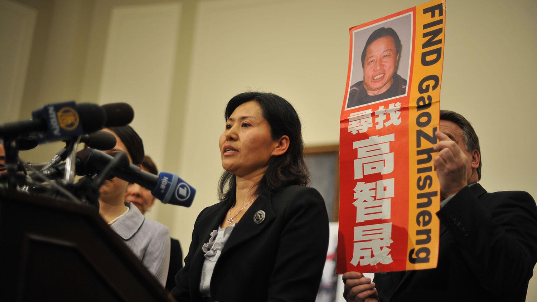 中国维权律师高智晟妻子耿和来美后,2011年1月18日在华盛顿美国国会记者会上呼吁寻找下落不明的高智晟。(法新社)