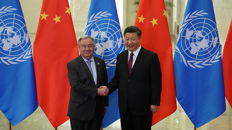 2019年4月26日,中国国家主席习近平在人民大会堂与联合国秘书长安东尼奥·古特雷斯握手。(美联社)