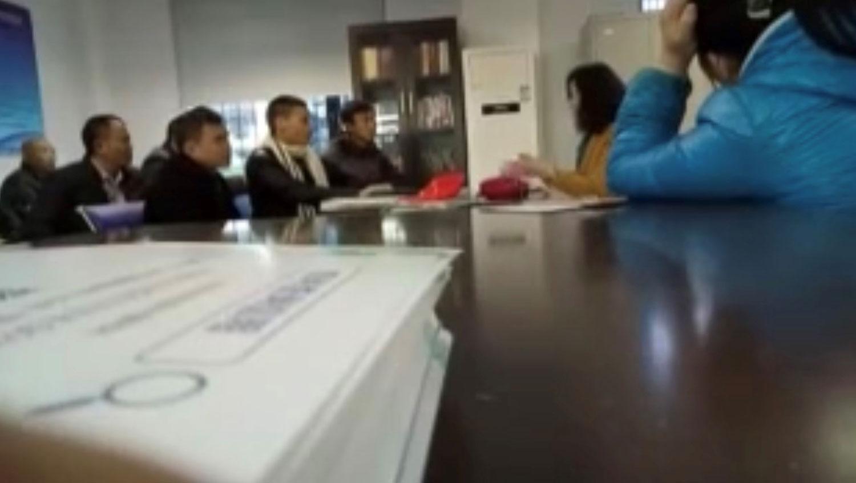 全国各地公务员职位被顶替者去北京,见发改委信访部门官员。(视频截图/记者乔龙)