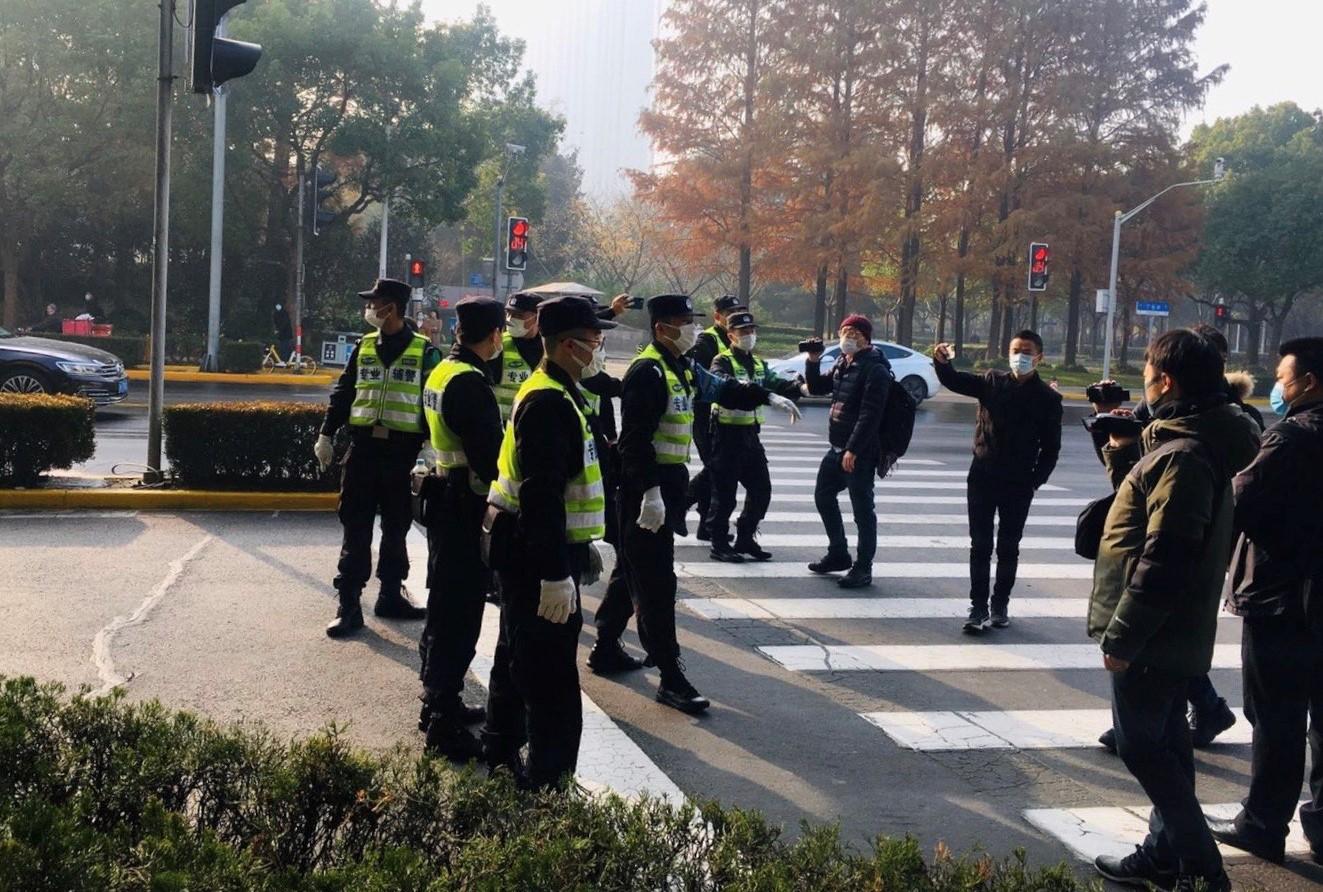 上海浦东法院外,警察驱赶记者和声援者。(志愿者提供/记者乔龙)