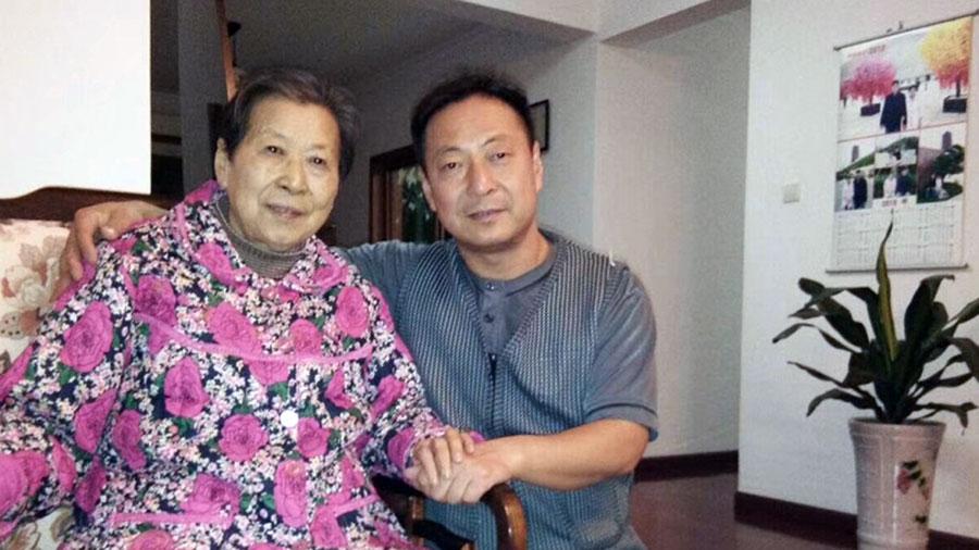 中国异议人士郭泉与母亲顾潇合影。(推特图片)