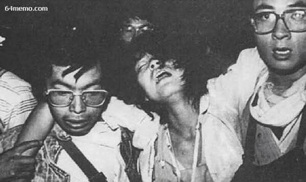 1989年6月4日凌晨5点左右,纪念碑下的学生在撤离。(六四档案图)