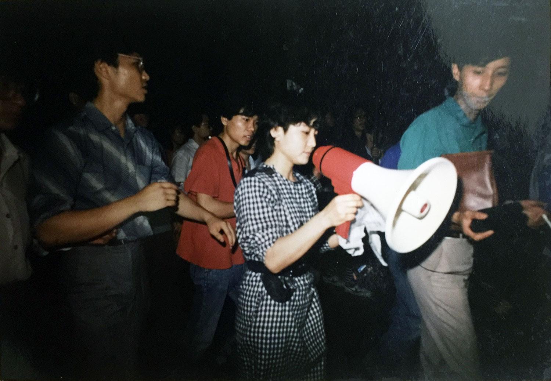 八九学运期间,陈卫(持小喇叭者)和于世文与同学上街游行。(于世文提供/记者乔龙)