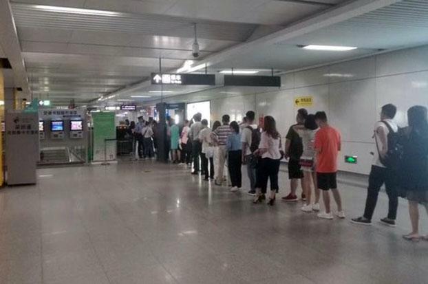 6月4日,深圳地铁站居民搭乘地铁,被要求出示身份证。(推特图片)