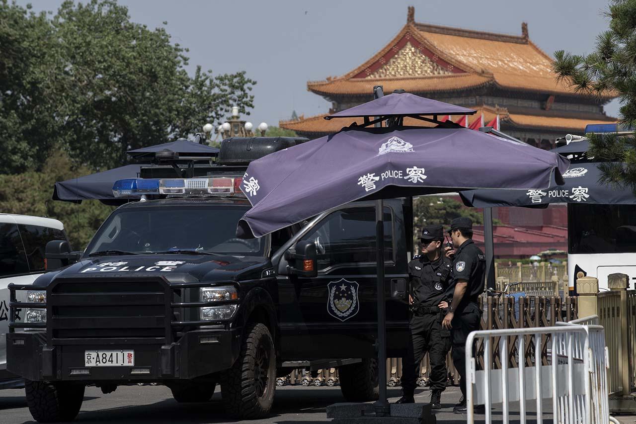 六四三十周年北京维稳措施空前严厉,图为 6月3日天安门广场周围的多部警车。(AFP )