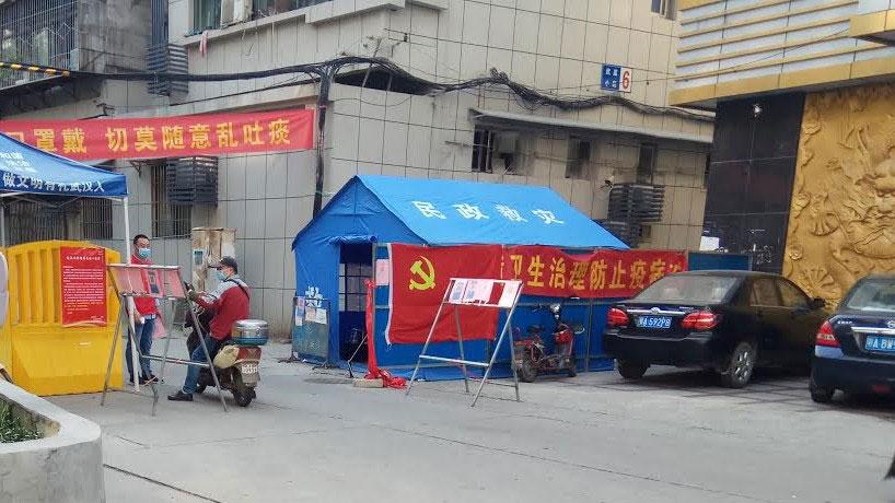 公民记者张展在武汉采访疫情,图为居民小区仍然是封闭式管理。(张展提供/记者乔龙)