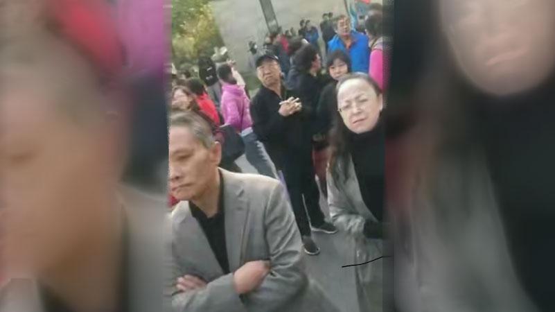 众多村民聚集在崔村镇政府门前讨说法。(视频截图)
