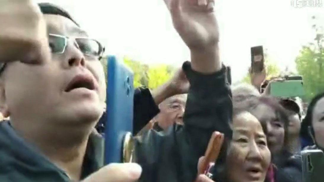 香堂村业主代表等人到崔村镇政府理论。(视频截图)
