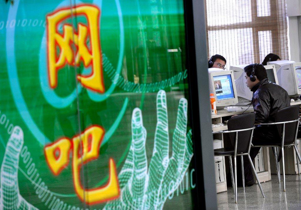 资料图片:一名男子正在网吧中上网。(法新社)