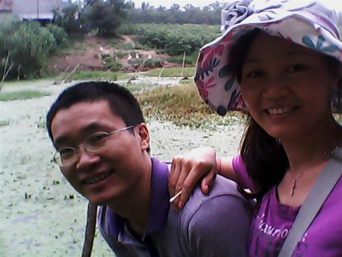 图片: 唐荆陵被捕前与妻子汪艳芳合影。 (汪艳芳提供/记者乔龙)